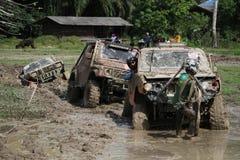 le véhicule 4x4Offroad 4wd automobile conduit vers le haut hors de l'eau et Photographie stock libre de droits