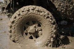 le véhicule 4x4Offroad 4wd automobile conduit vers le haut hors de l'eau et Photo libre de droits