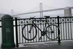 Le vélo et la mariée de compartiment sous le regain et la pluie transportent en bac Buil Image stock