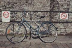 Le vélo garé ignore des signes d'interdiction de stationnement Photographie stock libre de droits