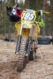 Le vélo jaune de motocross se tient sur la route sale Photographie stock