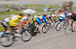 Le vélodrome des femmes faisant un cycle - tache floue de mouvement Images libres de droits