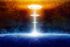Le vaisseau spatial extraterrestre d'étrangers frappe la planète bleue dans l'espace lointain Images stock