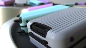 Le valigie si muovono su un carosello del bagaglio all'aeroporto Animazione di Loopable stock footage