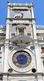 Le vallon Orologio ou rue de Torre marque Clocktower, Venise Images stock