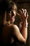 Le vampire dangereux féminin coupe ses poignets images libres de droits