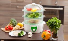 Le vapeur avec les poissons et le brocoli dans la cuisine Photos stock