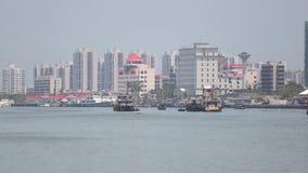 Le varie navi del caravan fanno la coda il porto d'avvicinamento offshore di Shanghai Mar Giallo, Cina video d archivio