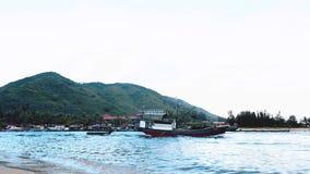 Le varie navi del caravan fanno la coda il porto d'avvicinamento offshore di Shanghai Mar Giallo, Cina stock footage