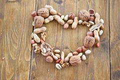 Le varie noci hanno organizzato in una figura del cuore fotografie stock