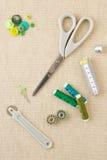 Accessori di cucito nei toni verdi immagine stock libera da diritti