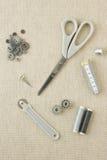 Accessori di cucito nei toni grigi fotografie stock libere da diritti