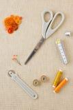Accessori di cucito nei toni arancio immagini stock libere da diritti