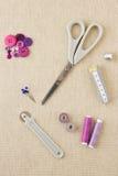 Accessori di cucito nei toni porpora fotografie stock