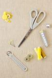 Accessori di cucito nei toni gialli fotografie stock libere da diritti