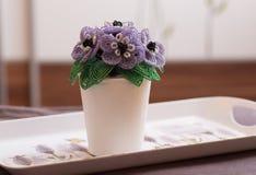 Le vase à fleur blanche décoratif avec le cristal coloré perle des fleurs images stock