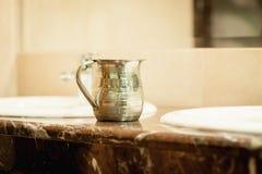 Le vase antique en métal pour une différence fleurit photographie stock