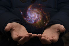 Le vaste univers dans les mains d'un enfant Éléments de cet imag Photo libre de droits