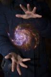 Le vaste univers dans les mains d'un enfant Éléments de cet imag Images libres de droits