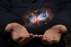 Le vaste univers dans les mains d'un enfant Éléments de cet imag Image stock