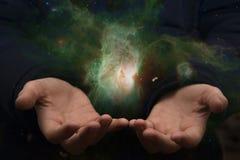Le vaste univers dans les mains d'un enfant Éléments de cet imag Images stock