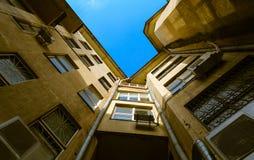 Le vecchi case e cielo blu immagini stock libere da diritti