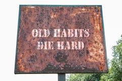 Le vecchie abitudini muoiono messaggio duro Immagini Stock Libere da Diritti