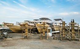 Le vecchie barche stanno riparande sulla riva al porto Immagine Stock