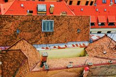 Le vecchie case con piastrellato incassa armoniosamente la fusione con i tetti delle case di nuove costruzioni fotografia stock