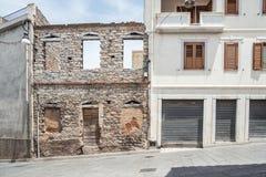 Le vecchie case hanno fatto delle pietre, legno, nel villaggio di Oliena, provincia di Nuoro, l'isola Sardegna, Italia immagine stock
