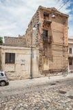 Le vecchie case hanno fatto delle pietre, legno, nel villaggio di Oliena, provincia di Nuoro, l'isola Sardegna, Italia immagini stock libere da diritti