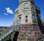 Le vecchie comunicazioni radio che costruiscono torre sulla collina del segnale Fotografia Stock Libera da Diritti