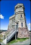 Le vecchie comunicazioni radio che costruiscono torre sulla collina del segnale Fotografia Stock