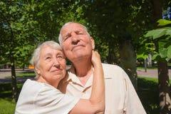 Le vecchie coppie felici di estate su una passeggiata Fotografia Stock
