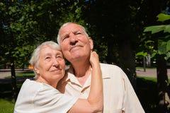 Le vecchie coppie felici di estate su una passeggiata Fotografia Stock Libera da Diritti