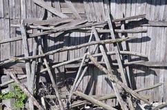 Le vecchie costruzioni di legno della pila del fieno si avvicinano alla parete del granaio Immagini Stock Libere da Diritti