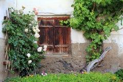 Le vecchie finestre con gli otturatori di legno Fotografie Stock Libere da Diritti