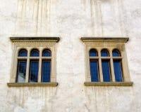 Le vecchie finestre di una fortezza del XV secolo Immagine Stock Libera da Diritti