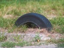 Le vecchie gomme di automobile hanno scavato in terra fotografia stock libera da diritti