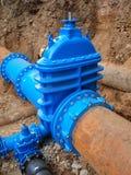Le vecchie grandi tubature dell'acqua della bevanda si sono unite con le nuove valvole blu ed i nuovi giunti blu Finished ha ripa Immagini Stock Libere da Diritti