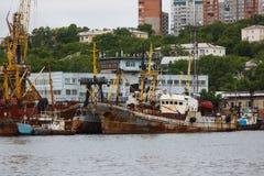Le vecchie navi arrugginite sono sovrapposte nel porto di Vladivostok fotografia stock libera da diritti