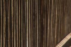 Le vecchie plance verticali di legno con la parte di sinistra delle stecche orizzontali mettono a fuoco Fotografia Stock