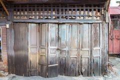 Le vecchie porte di legno sono dilapidate ma ancora funzionale e charmi Fotografie Stock Libere da Diritti