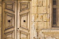 Le vecchie porte e pietra di legno lavorano alla casa Immagine Stock