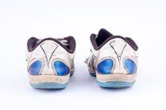 Le vecchie retro scarpe futsal consumate di sport su fondo bianco appoggiano la vista Immagini Stock