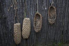 Le vecchie scarpe appendono sul recinto e si sono asciugate Retro scarpe russe Calza gli antenati Immagine Stock