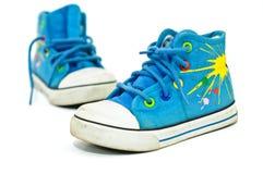 Le vecchie, scarpe da tennis sporche scherza sopra priorità bassa bianca Immagini Stock