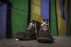 Le vecchie scarpe di lavoro hanno lasciato in una fabbrica abbandonata Immagine Stock Libera da Diritti