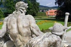 Le vecchie statue in castello fanno il giardinaggio, Cesky Krumlov, repubblica Ceca Fotografia Stock