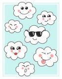 Le vecteur mignon opacifie des icônes Opacifie l'emoji mignon, visages d'émoticônes réglés Nuages souriants heureux drôles pour v Photo libre de droits